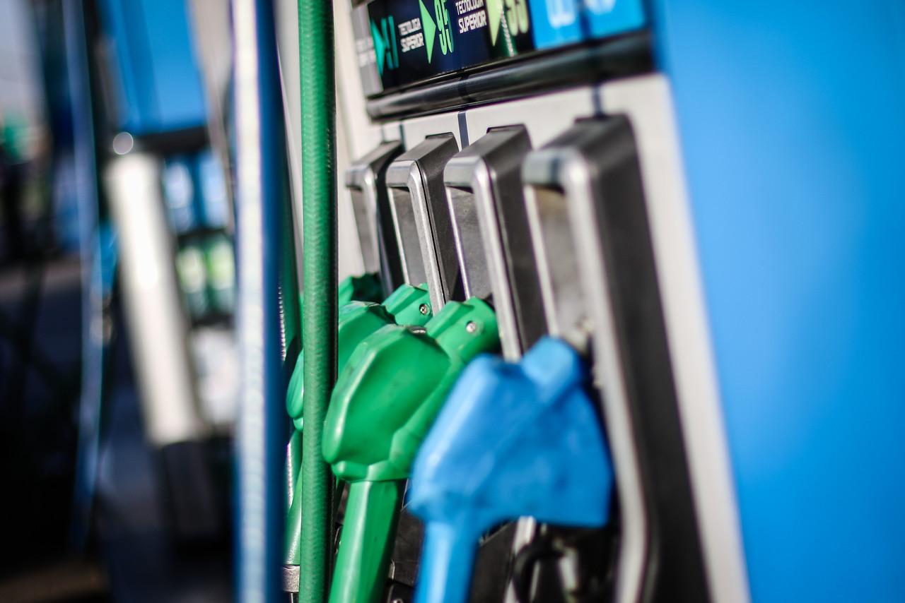 """""""Precio de las bencinas baja y el dólar llega a peak sobre los $800"""""""