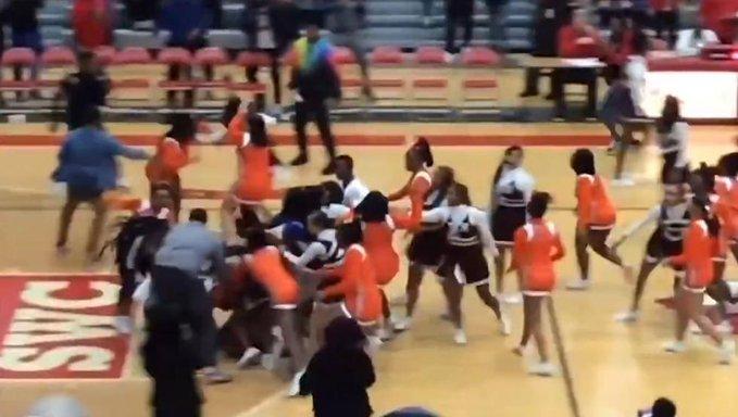 """""""EE.UU.: insólita pelea de cheerleaders durante partido de baloncesto"""""""