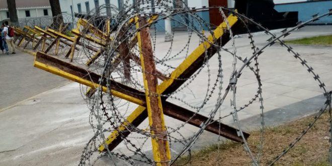 Municipalidad ordenó al Ejército retirar cerco de púas de regimiento en Iquique