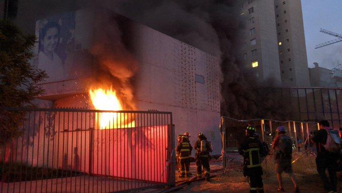 Incendio afecta Museo Violeta Parra tras manifestaciones en Plaza Italia