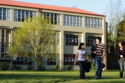 Postulantes en lista de espera en carreras de Universidad Austral podrán acceder a cupos especiales