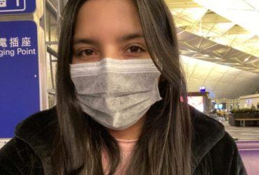 Chilena varada en aeropuerto chino sería aislada en su casa al llegar a Chile