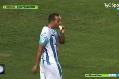 VIDEO | Marcelo Díaz fue captado comiendo un plátano en pleno clásico de Avellaneda