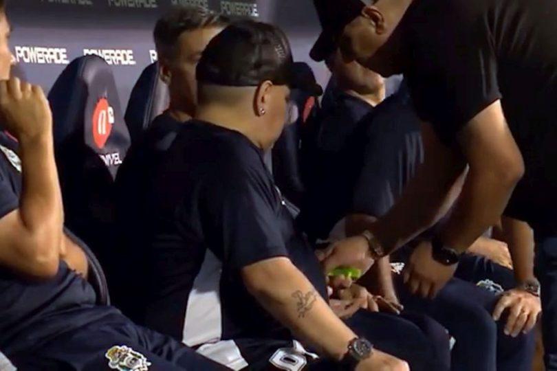 VIDEO | Maradona recibió unas pastillas en pleno partido y generó suspicacias en redes sociales