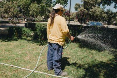 Municipalidad de Providencia establece restricciones de riego con multas de hasta $248 mil