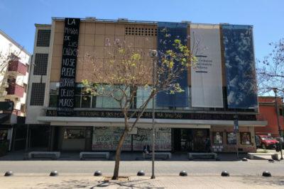 Denuncian que desconocidos pintaron la fachada del Teatro UC pese a acuerdo con Ñuñoa