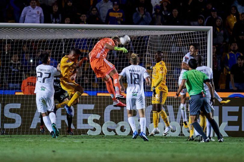 VIDEO | Arquero de Tigres marcó un golazo gracias a una asistencia de Eduardo Vargas