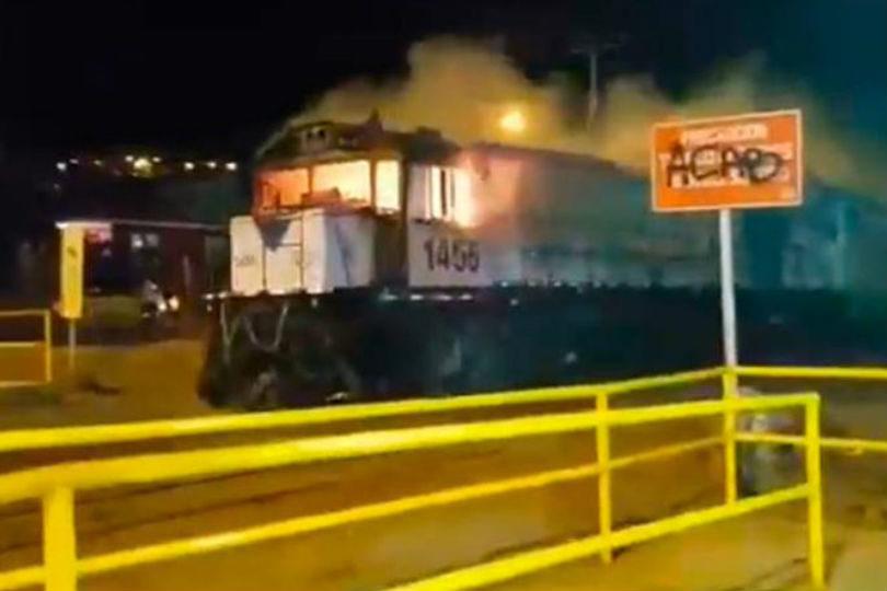 VIDEO  Apedrearon e incendiaron tren en movimiento en Antofagasta