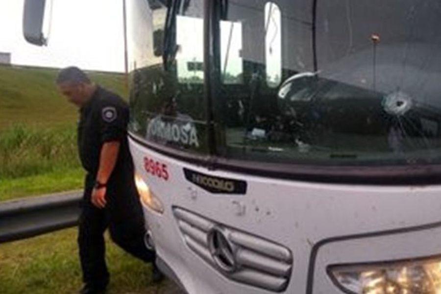 """""""Violencia en el fútbol argentino: balearon bus que traslada a hinchas de Unión de Santa Fe"""""""