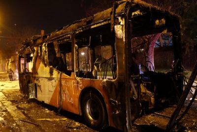Desconocidos incendiaron bus del Transantiago en la comuna de La Granja