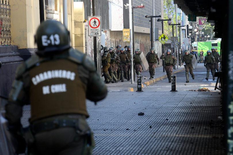 Alumnos del Instituto Nacional se enfrentan con Fuerzas Especiales de Carabineros