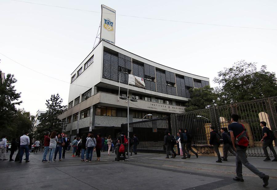 Alumnos del Instituto Nacional bloqueron la Alameda en el inicio del año escolar