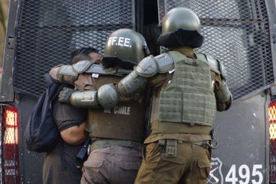 De firma mensual a sujeción del Sename: formalizan a siete personas por disturbios en Puente Alto y Santiago