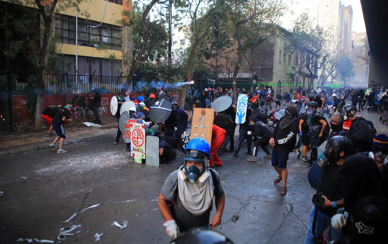 35 detenidos tras manifestaciones del viernes en Santiago