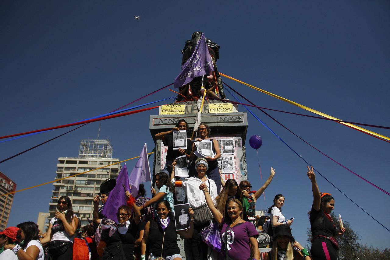 Miles de personas se congregan en marcha por el Día Internacional de La Mujer