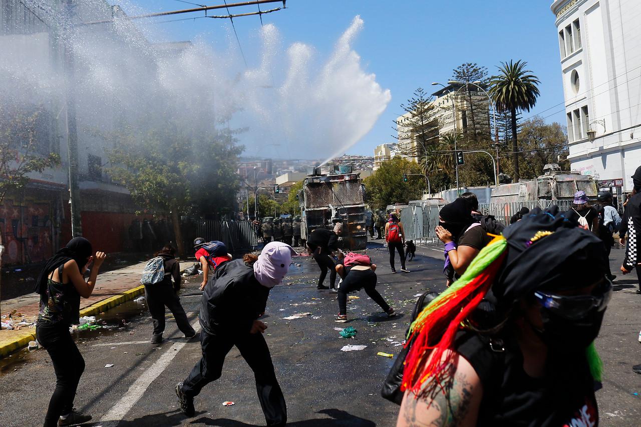 Incidentes aislados se registran en marcha por el 8M en Santiago