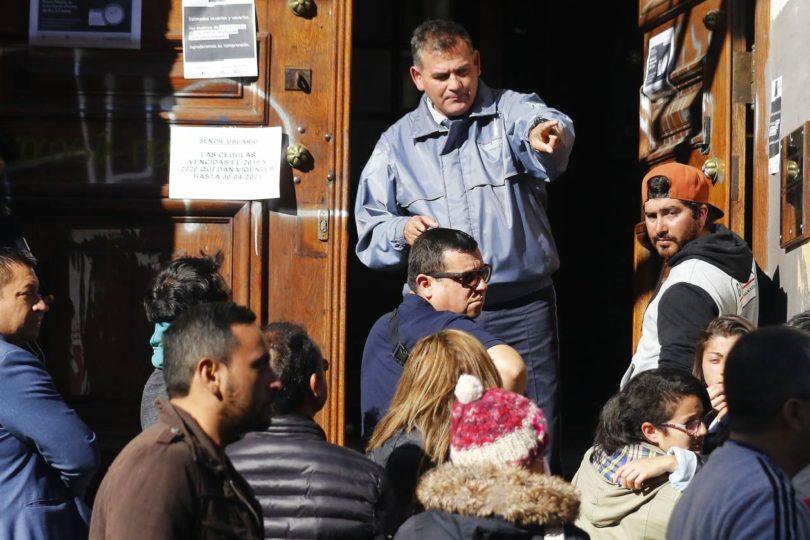 Largas filas en oficinas del Registro Civil tras anuncio de cuarentena total en siete comunas