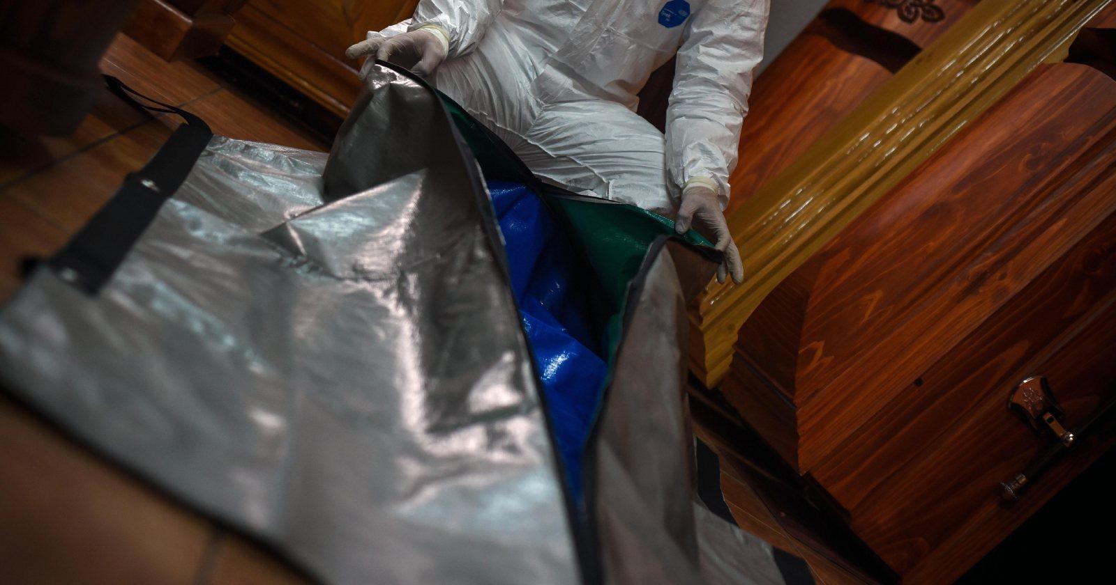 Hospitales y servicios de salud incrementan compras de bolsas mortuorias