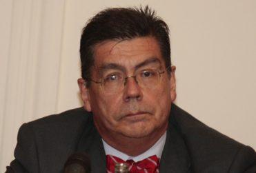 """""""Chismorreo especulativo"""": ex rector Riveros dispara contra diputados del Frente Amplio"""