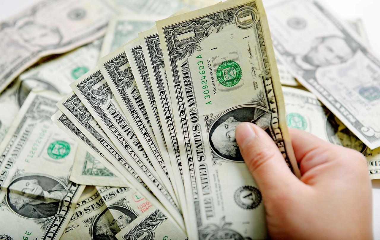 """""""Encuesta del Banco Central prevé caída del dólar bajo los $800 en menos de un año"""""""