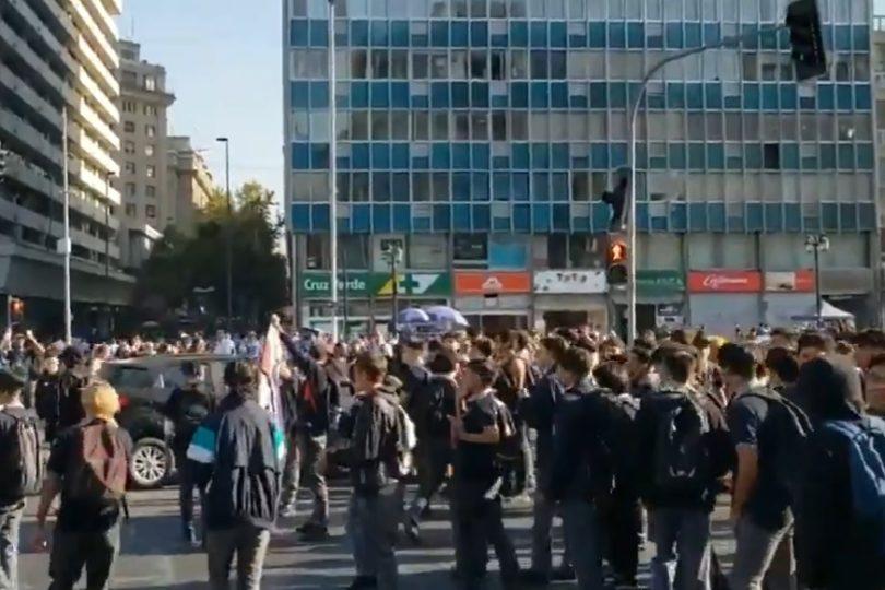 Alumnos del Instituto Nacional interrumpieron tránsito en la Alameda