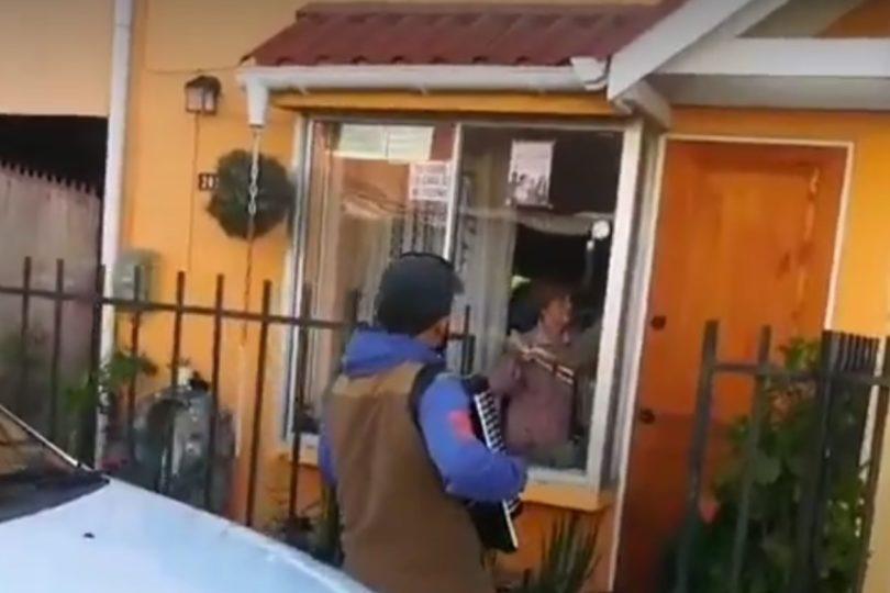 Emocionante: hombre toca el acordeón para sus padres aislados por cuarentena