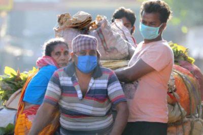 Coronavirus en la India: hombres hacen cuarentena en los árboles por falta de espacio