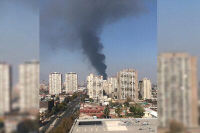 Reportan incendio en galpón en el centro de Santiago