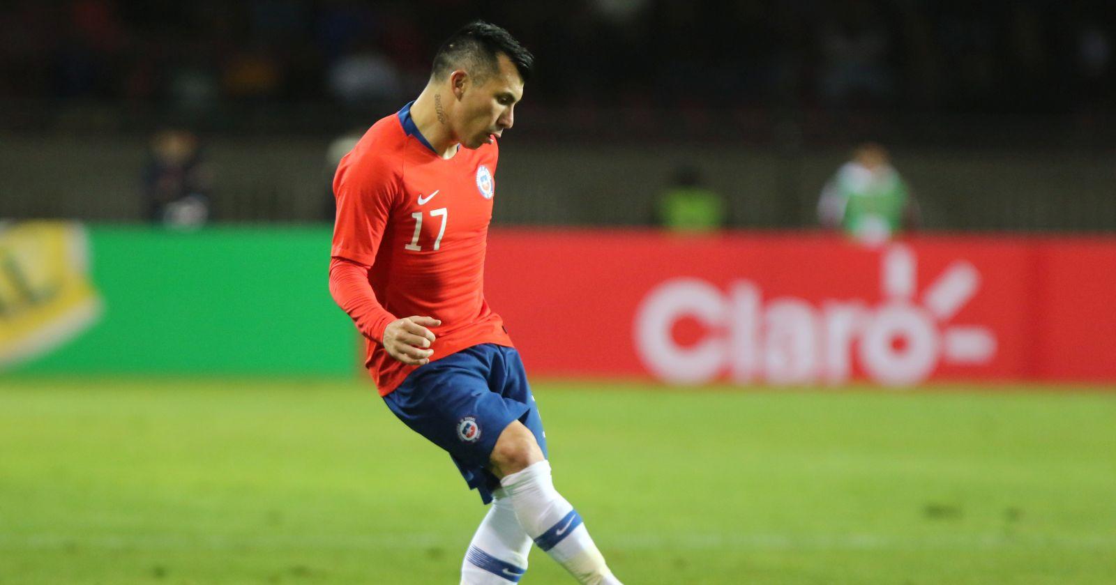 """""""Gary Medel donó especial camiseta de Chile para campaña de la Cruz Roja"""""""