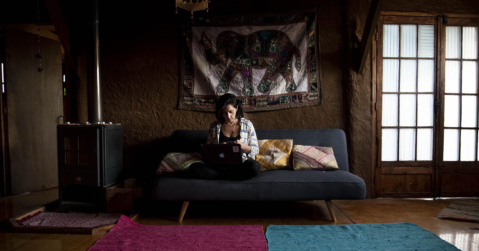 """""""Personas que viven solas: ¿Cómo afrontar el aislamiento social?"""""""