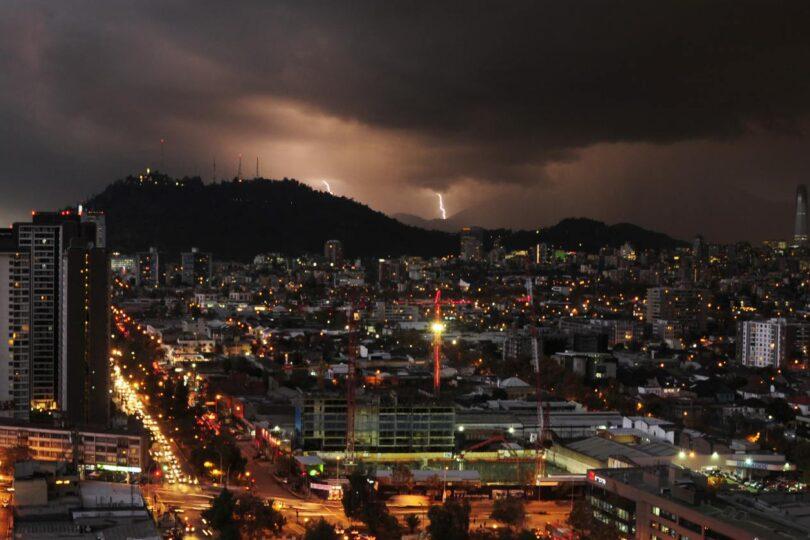 Enel activa plan preventivo por pronóstico de viento y tormentas eléctricas en la Región Metropolitana