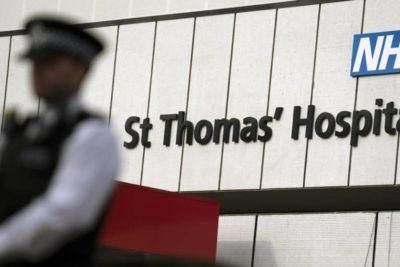 """Tras segunda noche en cuidados intensivos: Boris Johnson se mantiene en """"condición estable"""""""