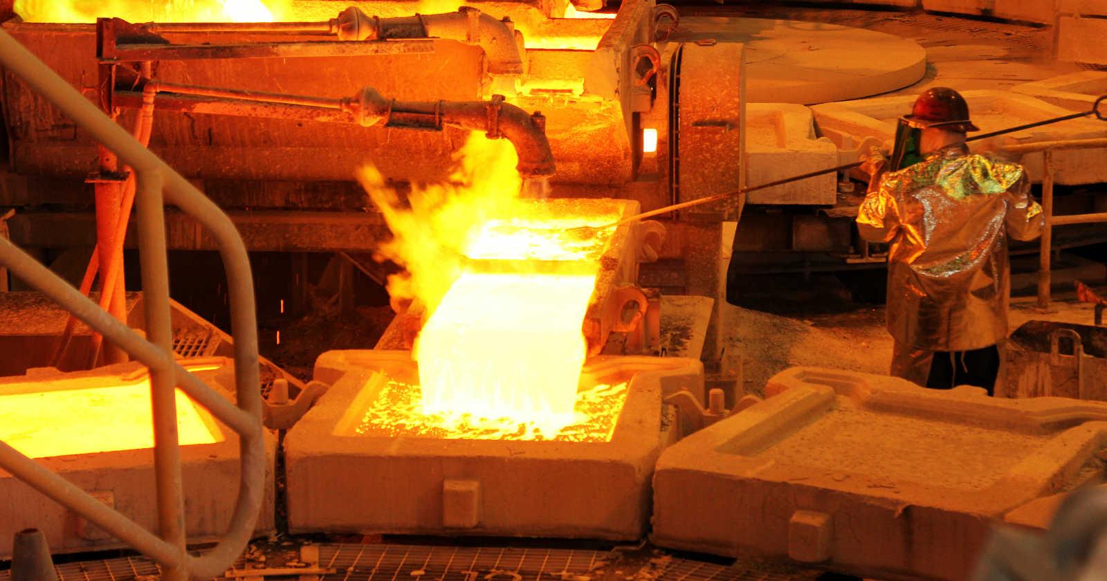 Precio del cobre cae más del 3% tras debacle del petróleo