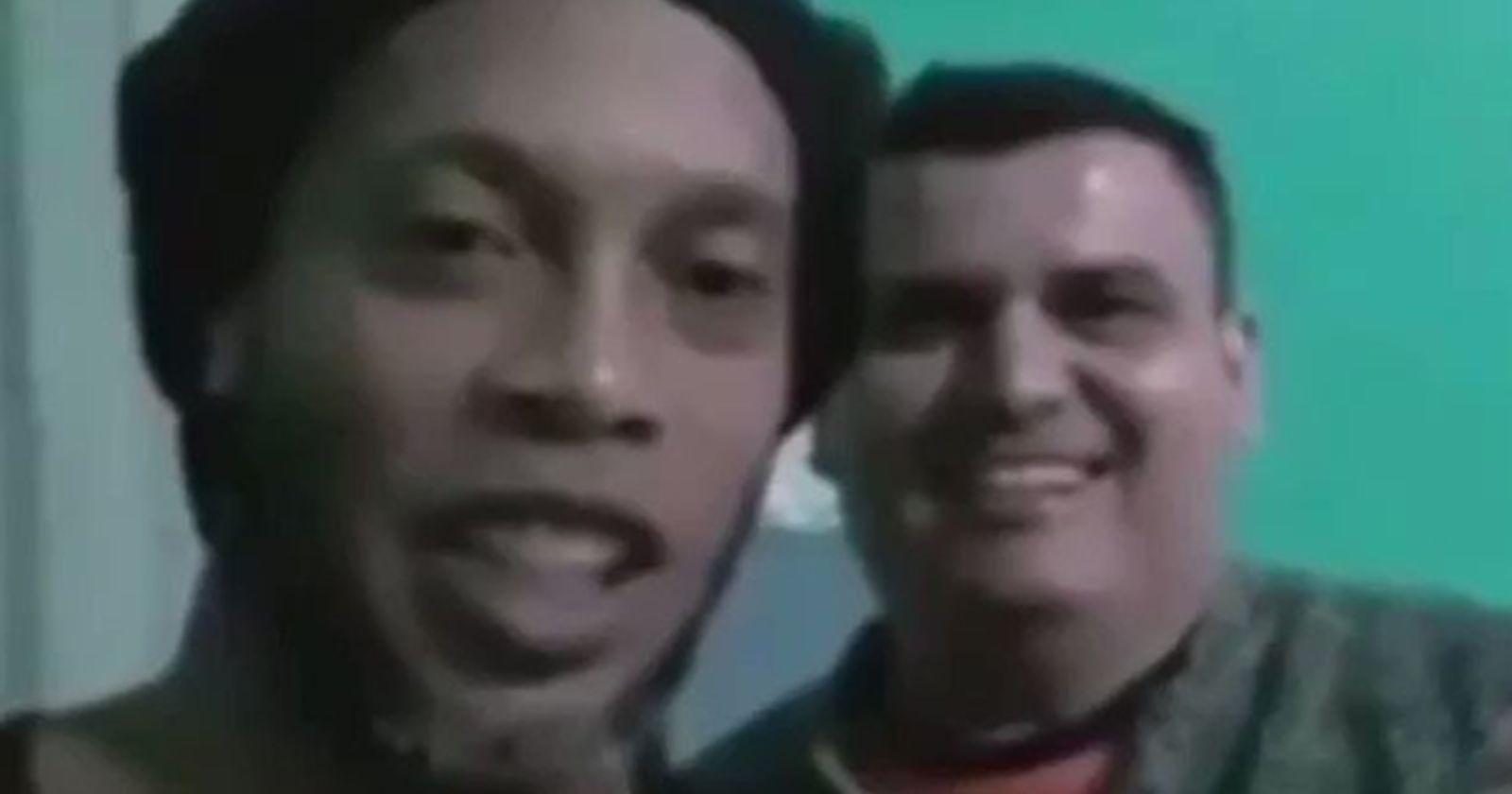 """Ronaldinho cumple un mes en la cárcel y comparte con su """"compañero de ataque"""""""