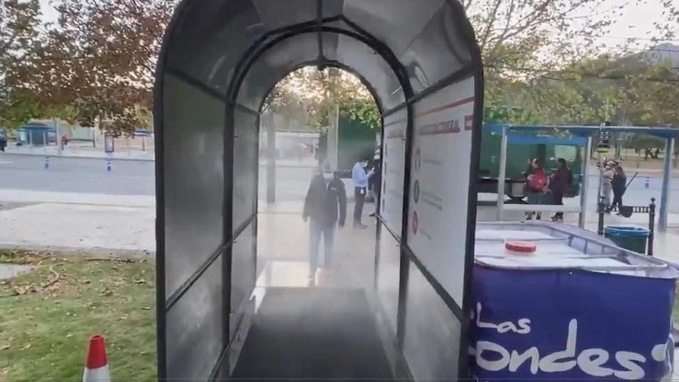 """Lavín estrena """"túnel sanitizador"""" contra el coronavirus en Las Condes"""