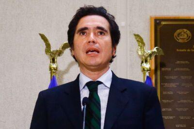 """Ministro Briones responde críticas de Bachelet: """"Es mucho más fácil opinar de afuera"""""""