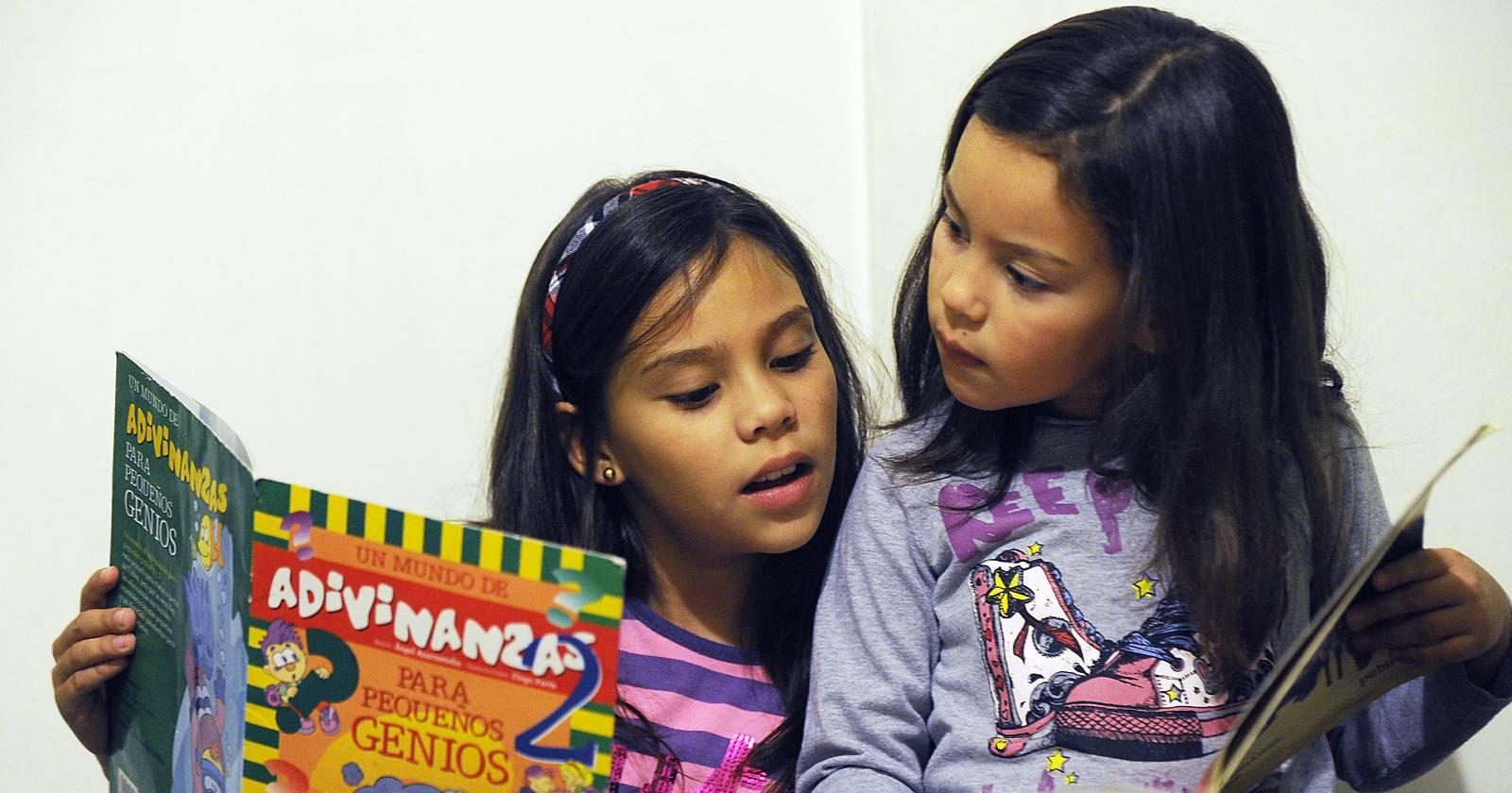 El desafío de aprender a leer sin tener clases presenciales: ¿qué pueden hacer los padres para ayudar a los niños que cursan primero básico?