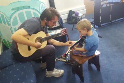Adaptados a la pandemia: el emprendimiento que enseña a tocar instrumentos musicales desde casa