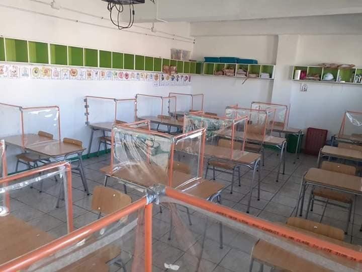 """""""Covid-19: el fallido intento de colegio de adaptar sus salas con plástico y tubos de PVC"""""""