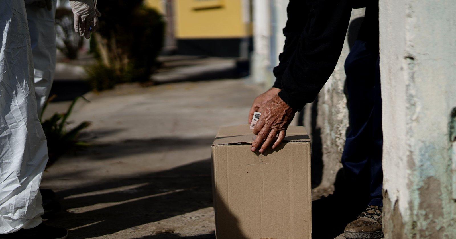 Intendente Guevara y alcalde Jadue distribuyen cajas de alimentos en Recoleta