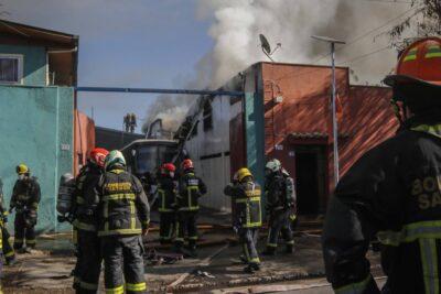 Bomberos logra controlar incendio en cité que dejó 30 familias damnificadas