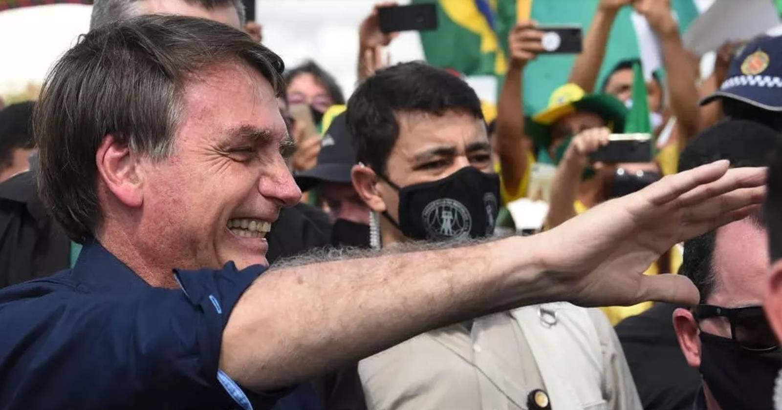 Bolsonaro aparece sin mascarilla en multitudinario acto