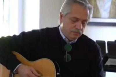 Las críticas que dejó la intervención de Alberto Fernández tocando guitarra para los adolescentes argentinos