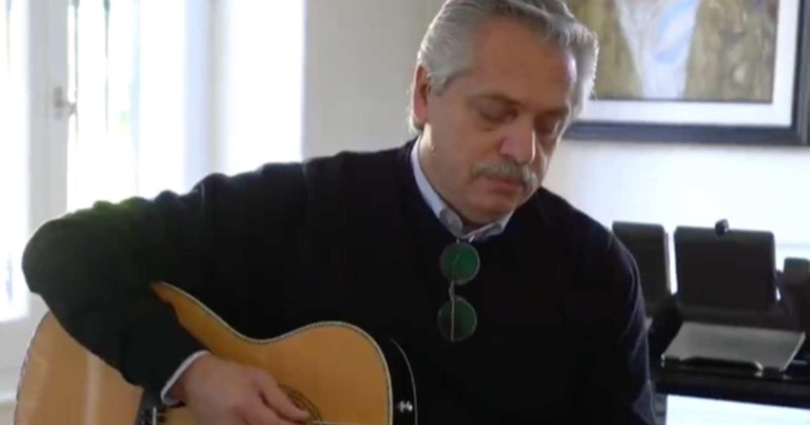 """""""Las críticas que dejó la intervención de Alberto Fernández tocando guitarra para los adolescentes argentinos"""""""