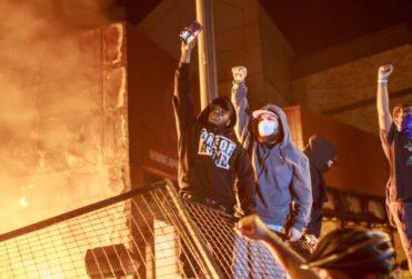 Minneapolis: queman comisaría en nueva protesta por asesinato de George Floyd