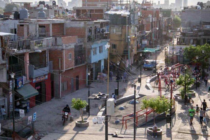 """""""La gente no tiene con qué alimentar a las familias"""": el drama de los comedores en la Villa 31 de Argentina"""