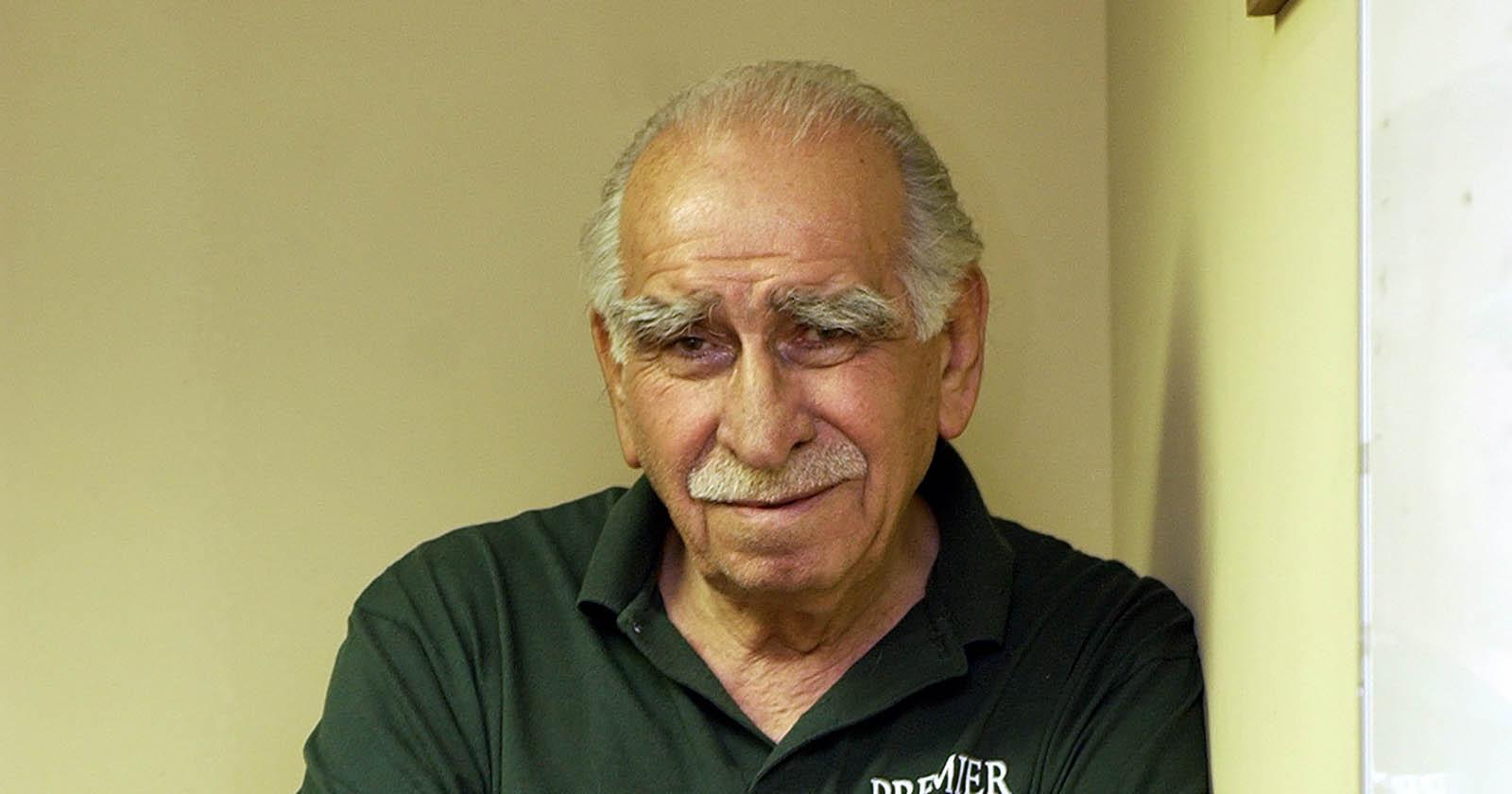 Juan Ostoic, ex basquetbolista y autor del crucigrama de La Tercera (Foto de Patricio Lepín, gentileza del Diario La Cuarta)