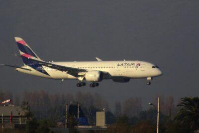 LATAM propone recortes de 30% en sueldo base de los pilotos