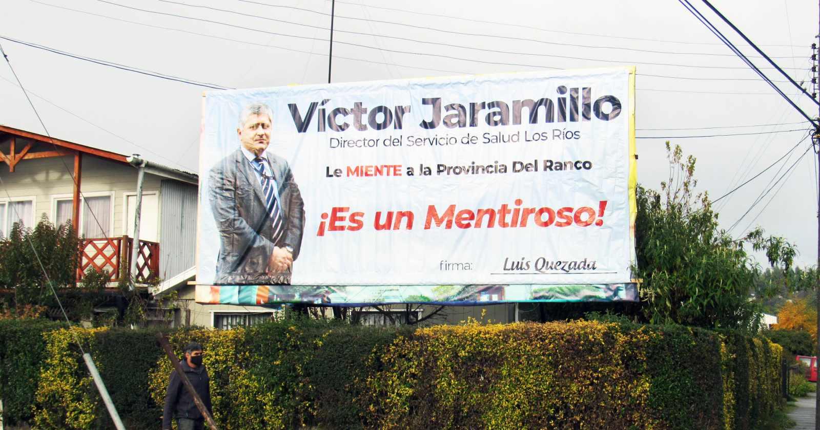 """""""Instalan gigantografía acusando de """"mentiroso"""" al director del Servicio de Salud de Valdivia"""""""