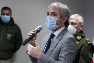 """Ministro Blumel calificó de """"discriminación inaceptable"""" decisión de médico de no atender a Carabineros"""